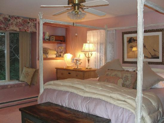 A Mountain View Retreat: Big and spacious -- the bed was heavenly!!