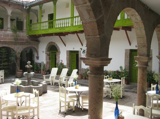 Ninos Hotel Meloc: Open courtyard