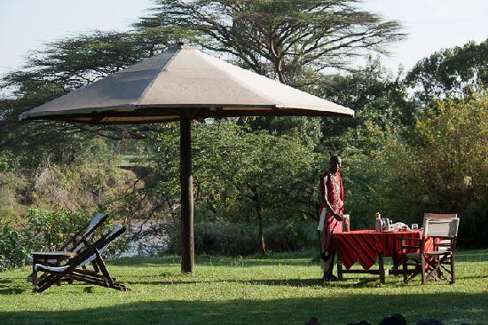 Cheetah Tented Camp: Staff preparing our breakfast