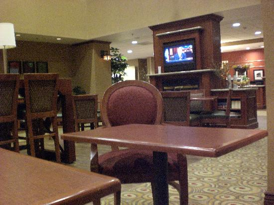 Hampton Inn & Suites Windsor - Sonoma Wine Country: Part of the game/TV/Breakfast area, and front desk