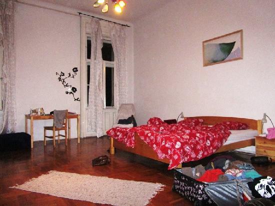2Night Hostel: Our room...so so lovely :)