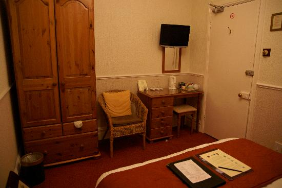 Badgers Wood Guest House: Wardrobe and desk