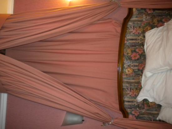 Hotel La Diligence : pink bedroom