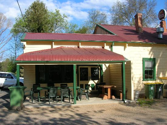 Jingellic, Australia: Side photo of the pub