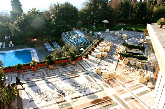 โรงแรมโรมคาวาเลียริวัลดอร์ฟแอสโทเรียแอนด์รีสอร์ท: une vue de la terrasse externe et de la piscine