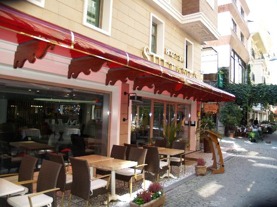 Hotel Sultania: Street view of hotel front