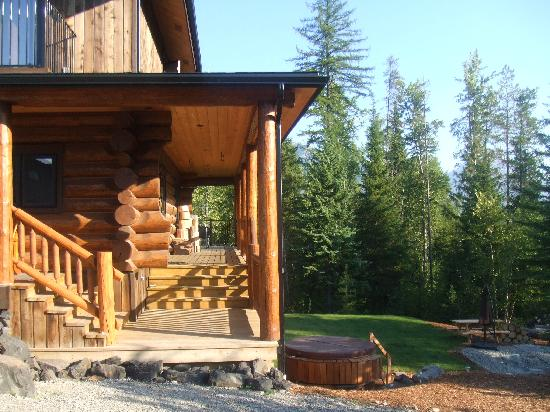 Outdoor area for guest use at Blackstone Lodge (hot tub and picnic table)
