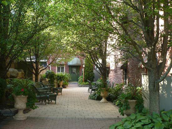 Belfast Bay Inn: Courtyard