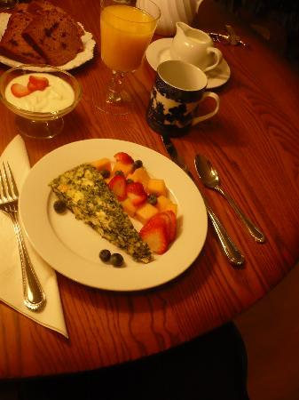 Belfast Bay Inn: Breakfast brought to our room - spinach fritatta, free fruit and juice, yogurt and homemade pump