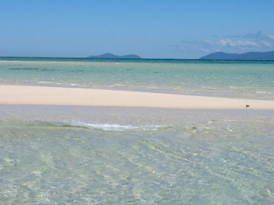 Upolu Cay: Wenn man im flachen Wasser davor steht