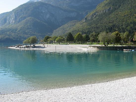 Hotel Lido Rooms & Apartments: lago difronte all'hotel