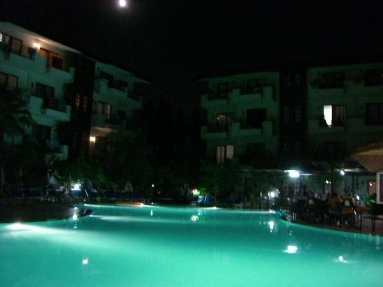 Lemas Suite Hotel By Kulabey: Night time by the pool