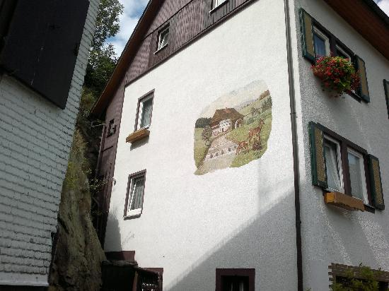 Hotel Hirsch: bemalte Aussenwände