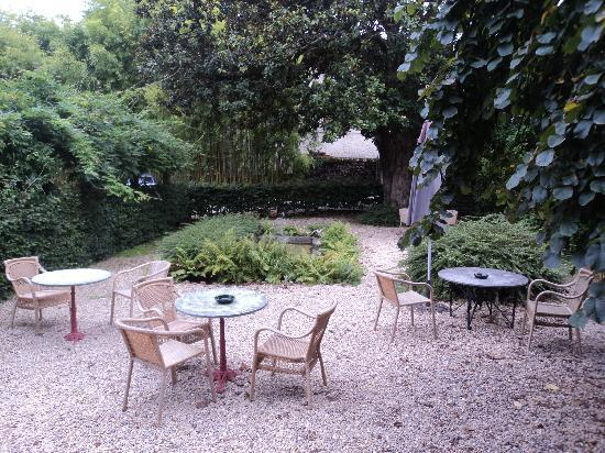 Hotel Churrut: copas en el jardín con el sonido de la fuente de un río