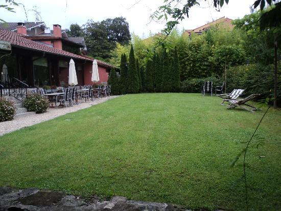 Hotel Churrut: Jardín visto desde la entrada del parking
