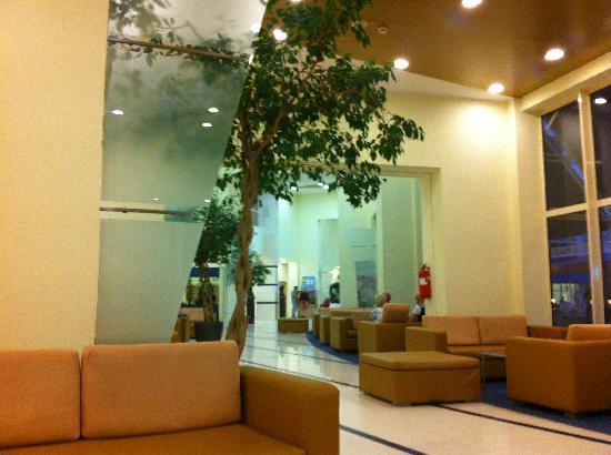 Hotel Riu Helios: spotless lobby