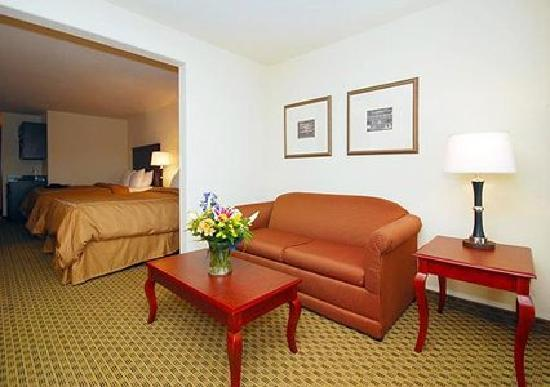 Comfort Suites: Spacious Suite With Sitting Area