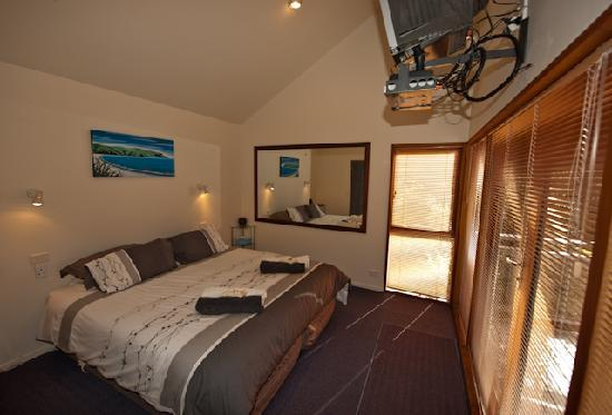 Sandspit Retreat : 1 Bedroom Cottage's bedroom with DVD/TV/SKY