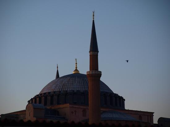 Tria Elegance Istanbul: view of the ayia sopha at dusk from the rooftop terrace at the Tria