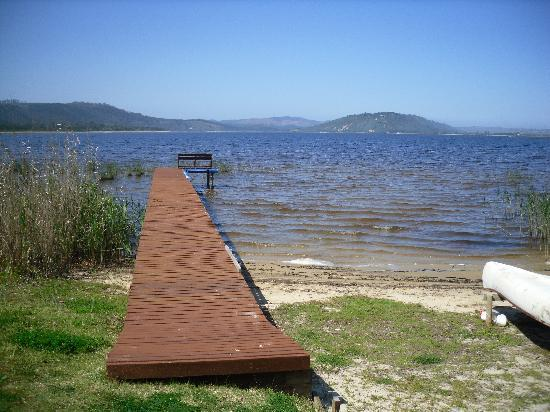Lakeside Lodge & Spa: Jetty at the lawn's edge