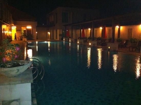 Grand Surya Hotel Kediri: swimming pool by night