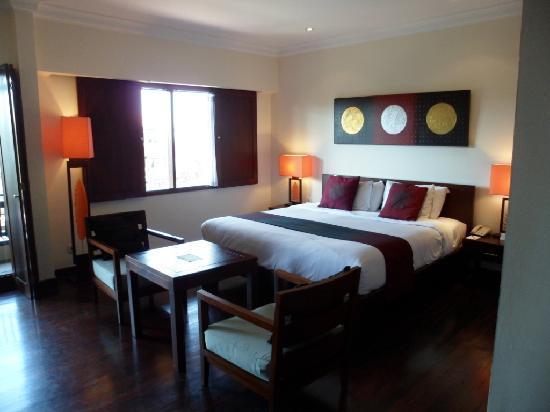 แอสตันบาหลีบีช รีสอร์ท & สปา: huge bed