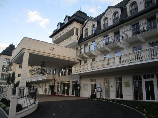 Grand Hotel Lienz: Front entrance of hotel