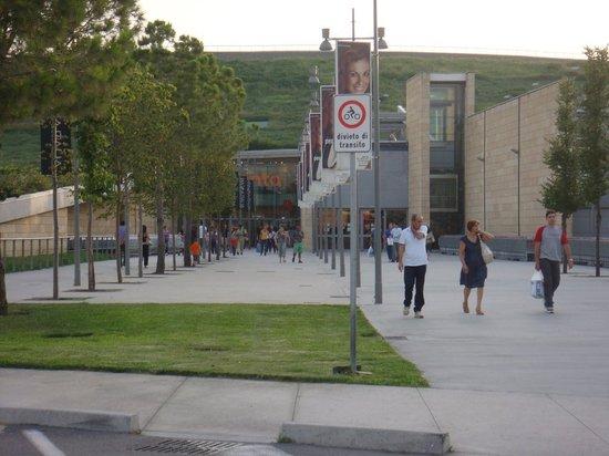 Nola, Italie: entrance to mall
