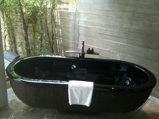 เดอะ สเลท: The outdoor bathtub