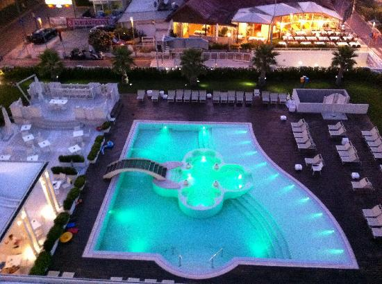 Hotel Corallo: Blick von der Dachterasse auf den Pool- und Barbereich