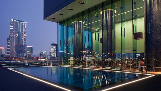 Hotel ICON: Rooftop Pool with Harbourview