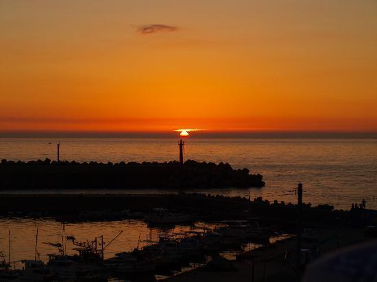 Boyokaku: 展望バルコニーから海に沈む夕陽