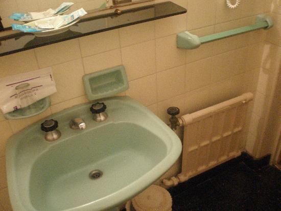 Ba o muy viejo sin renovar picture of hotel embajador for Como renovar un bano
