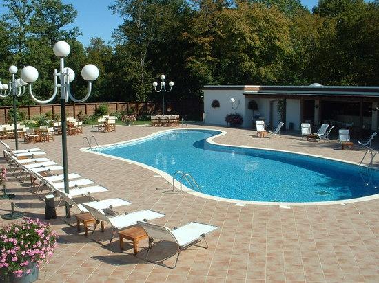 Hostellerie Domaine de Montgivroux : espace piscine