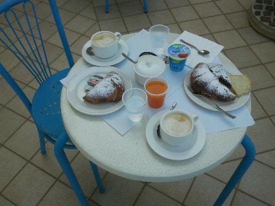 Hotel Sirenetta : L'ottima colazione, servita sulla terrazza
