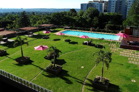 Westpoint Executive Suites: Pool and Braai area
