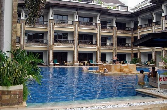 Henann Regency Resort & Spa: Front pool with jacuzzi in the middle