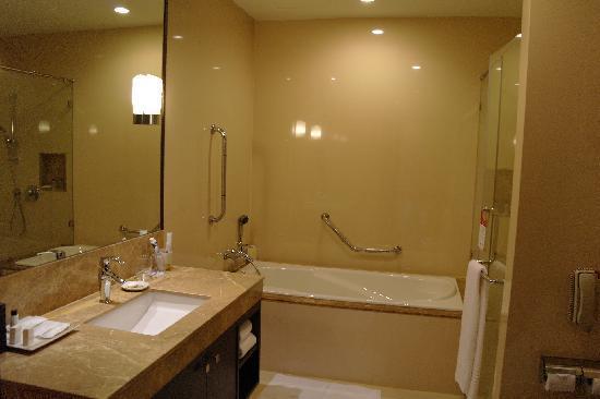 Sukhumvit Park, Bangkok - Marriott Executive Apartments: Bathroom 2