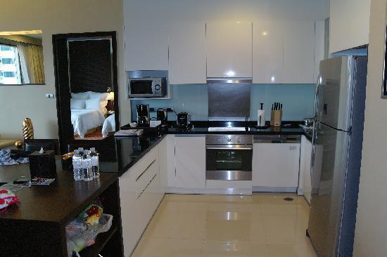Sukhumvit Park, Bangkok - Marriott Executive Apartments: Kitchen - has all required cooking tools