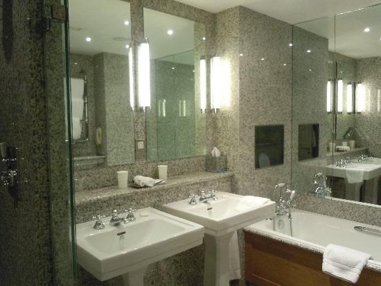 โรงแรมเฮย์มาร์เก็ต: Une salle de bain moderne et agréable