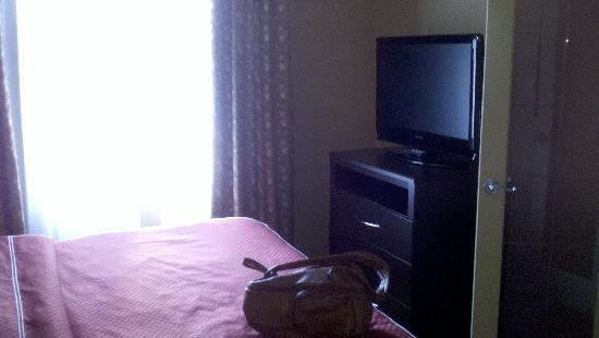 Holiday Inn Express & Suites Downtown Buffalo: Very nicely appointed in the bedroom
