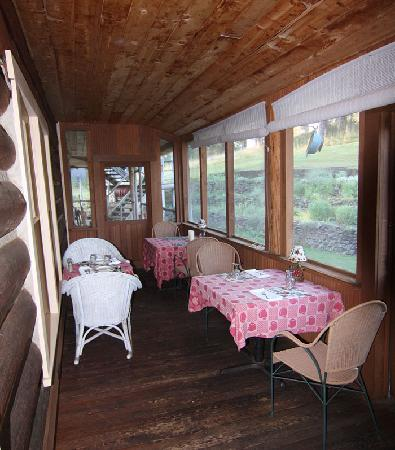 Historic Pinehurst Inn: Screened in porch Dining area