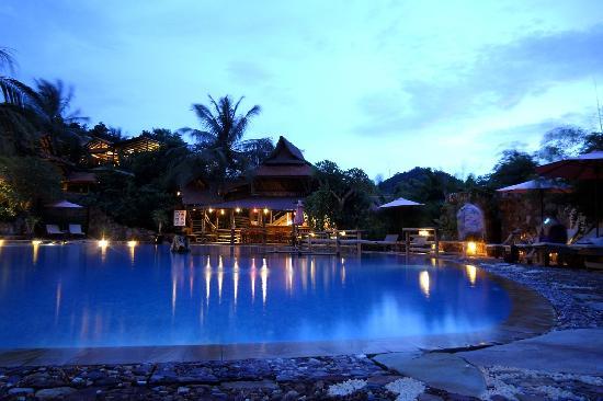 เวรันดา เนเชอรัล รีสอร์ท: Big swimming pool and pool bar