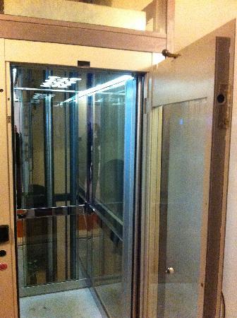 Hotel De Petris: elevator door open