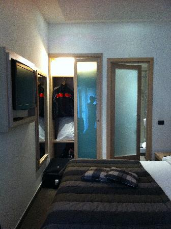 A very small room picture of hotel de petris rome for Very small hotels
