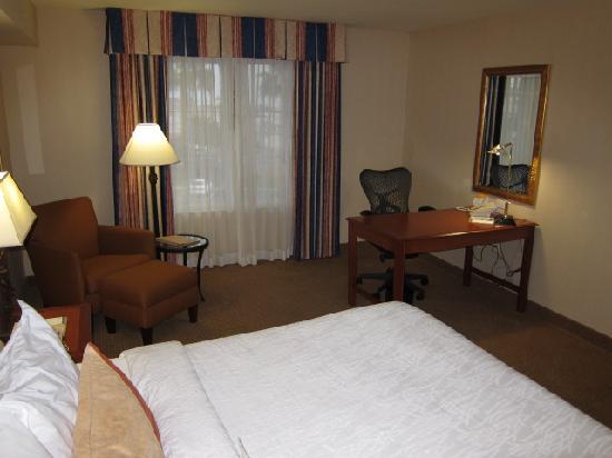 Hilton Garden Inn Carlsbad Beach: Sitting area and desk in Room 347