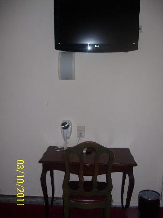 Hotel de France: Table and tv