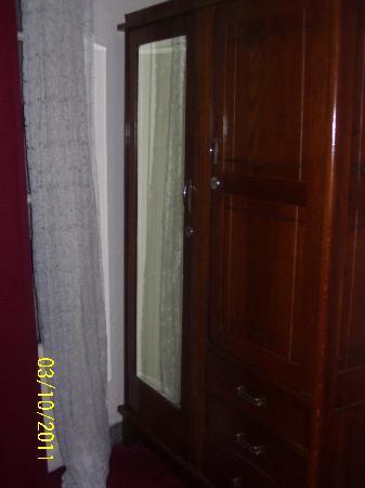 Hotel de France: Wardrobe