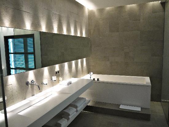 Du Cote des Olivades : Badezimmer mit Badewanne