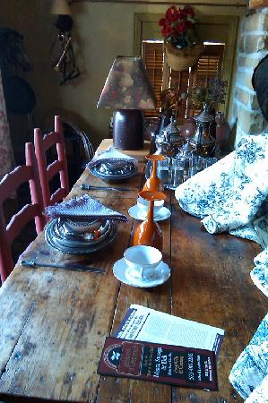CAdy Carriage House B&B: Dining table inside the room